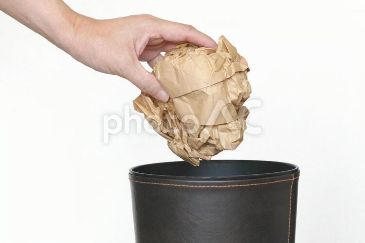 ゴミを捨てる人の写真