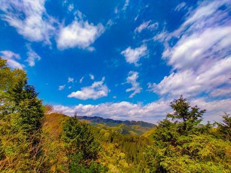 남쪽 카오산 용마루에서 카오산를 바라는 신록의 풍경 광각