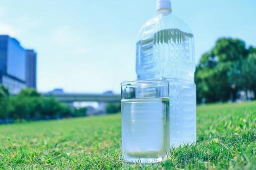 水 PET 瓶倒入玻璃杯
