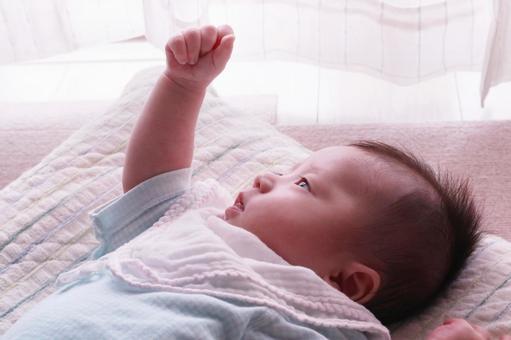 嬰兒看著手頭