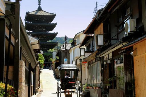 A rickshaw heading to the tower of Yasaka