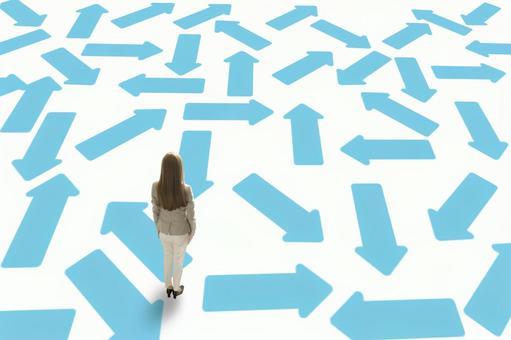 진로와 방향을 잃을 여성의 이미지 : 다니면서 지저분한 화살표