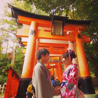 在伏見神社看著對方的幾個和服