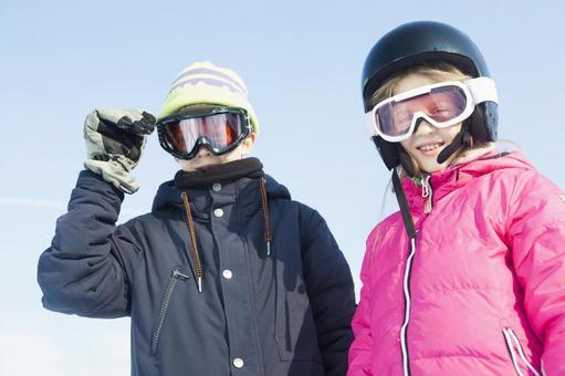 女孩子们在雪地和男孩1