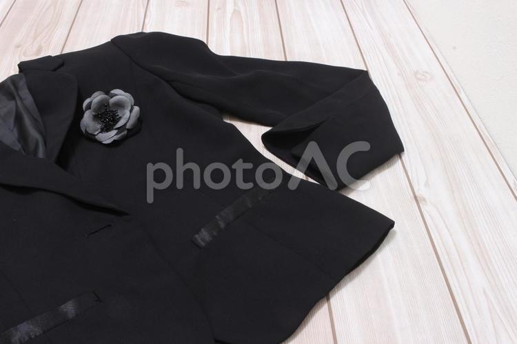 黒いジャケットとコサージュの写真