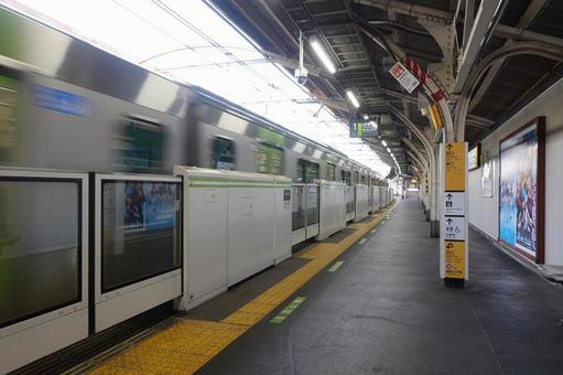 야마노 테선 요요 기역의 홈 (떠나가는 기차)