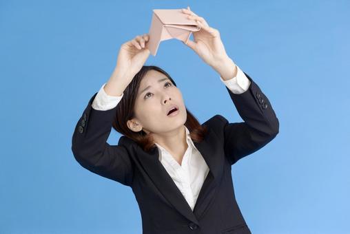 지갑을 확인하는 여자 3