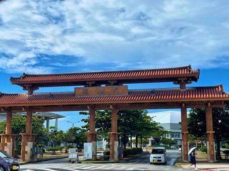Okinawa scenery_red tile gate