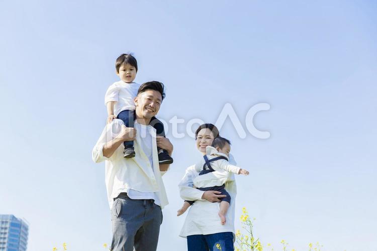 楽しそうにはしゃぎながら散歩する家族の写真