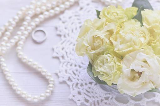婚嫁形像中珍珠項鍊、戒指、花朵的形像素材
