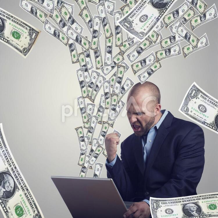 ネットビジネスをする男性の写真