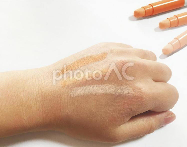 肌の色とコンシーラーの写真