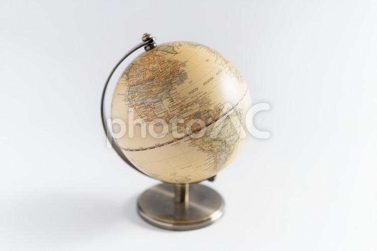 白い背景で撮影された地球儀(アメリカ大陸)の写真