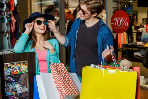 在購物的夫婦有許多紙袋16