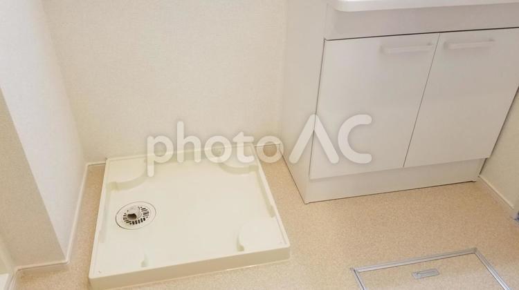 洗濯機置き場と洗面所の写真