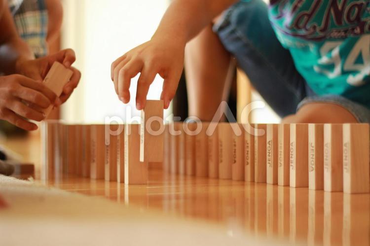 ジェンガで遊ぶ子供の写真