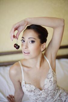 内衣吃樱桃9的外国妇女