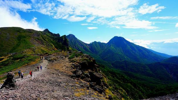 硫黄岳에서 아카 다케로 향하는 등산로와 푸른 하늘