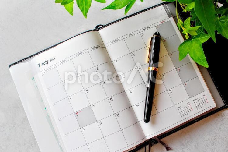 手帳とペンの写真