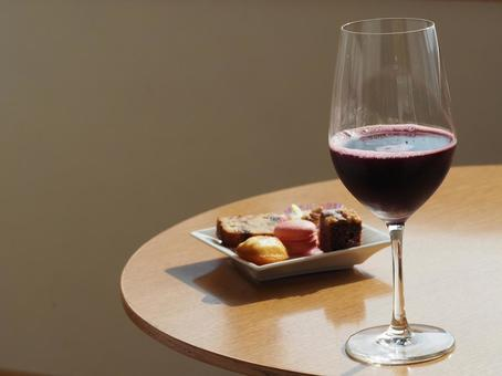 Red wine and snacks