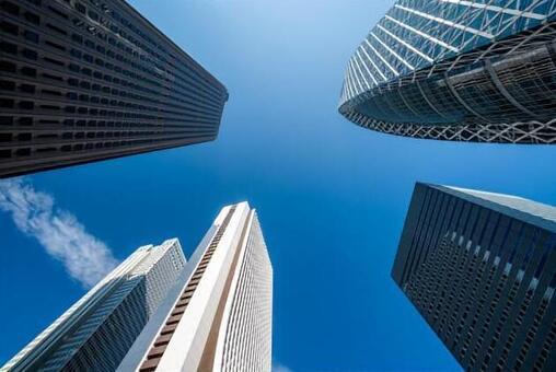 도쿄 신주쿠의 빌딩과 푸른 하늘