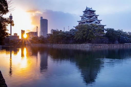 겨울 새벽 적설의 히로시마 성 및 아사히