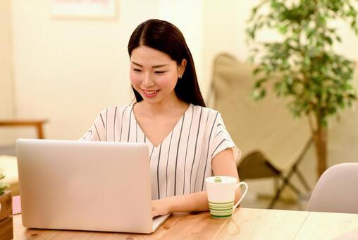 PC를 조작하는 여성