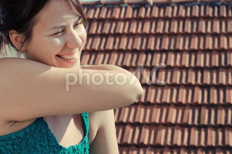 セルビア人女性の満面の笑みの写真