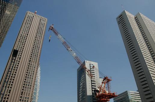 신주쿠 고층 빌딩과 크레인