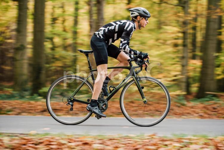 山道で自転車に乗る男性86の写真