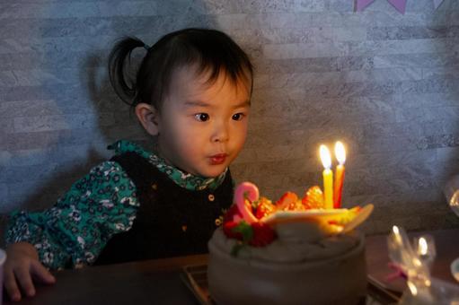 촛불을 끄는 어린이