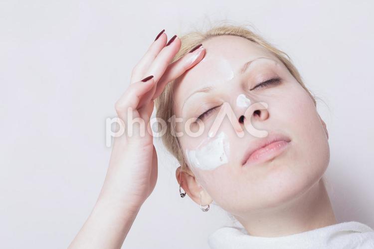 クリームを塗る外国人女性4の写真