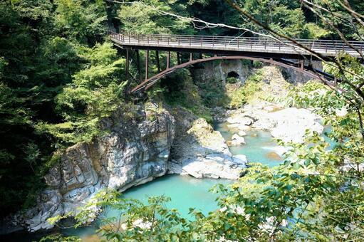 계곡을 흐르는 강 철교