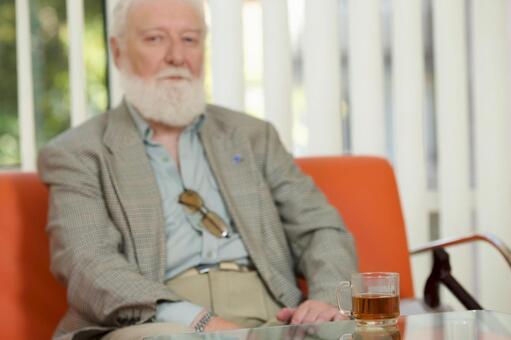 Foreign nursing old man who drinks tea 3