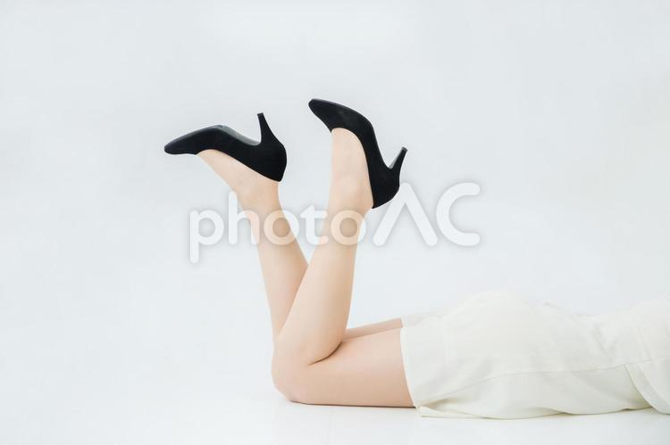 寝転ぶ女性の写真