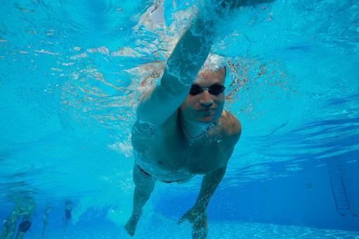 Underwater shooting swimming men 4