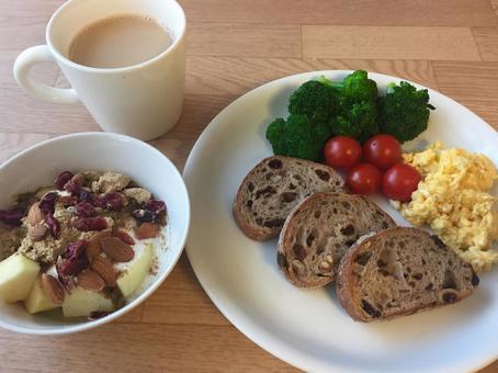 모닝 (호밀 빵과 스크램블 에그, 요구르트, 카페