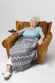 國外老年婦女坐在沙發上,12