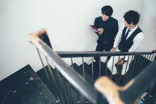公司員工爬樓梯1