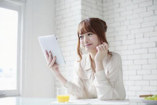 女人看到平板电脑4