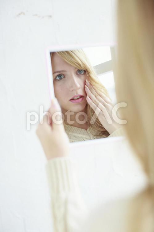 鏡を見る女性1の写真
