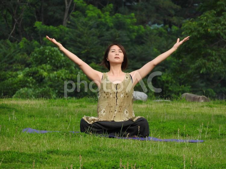 ヨガをする女性の写真