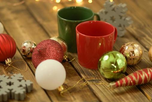 집에서 한가로이 크리스마스 트리 장식
