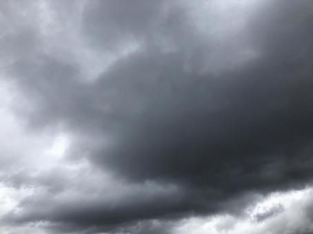 천둥이 울리는 여름 비구름