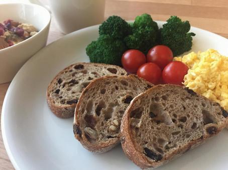모닝 플레이트 (호밀 빵과 스크램블 에그)