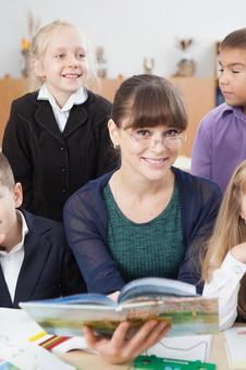 小学生12围坐在老师