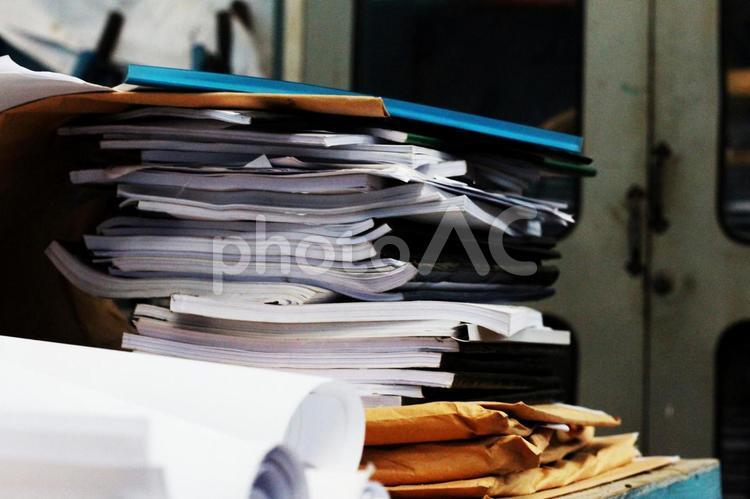 積み上げた書類2の写真