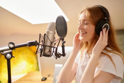 女人在唱歌