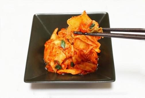 泡菜(黑盤)用筷子撿起來