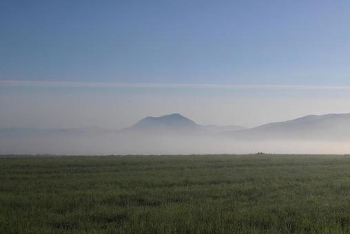 아침 초원과 먼 산맥